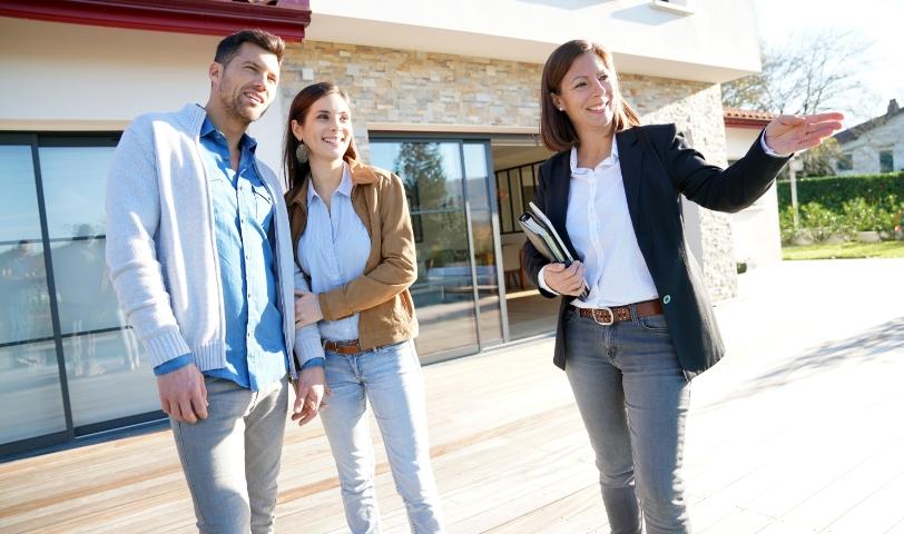 Digitale Immobilienverwaltung Frauen Mann Beratung